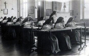 Schwestern im Stickzimmer um 1900