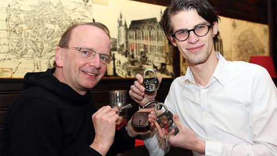 Hoffen, dass sich die Aachener noch an weitere Schreinsschlösser erinnern: die Autoren Christoph Stender (links) und Michael Lejeune. Foto: Andreas Steindl