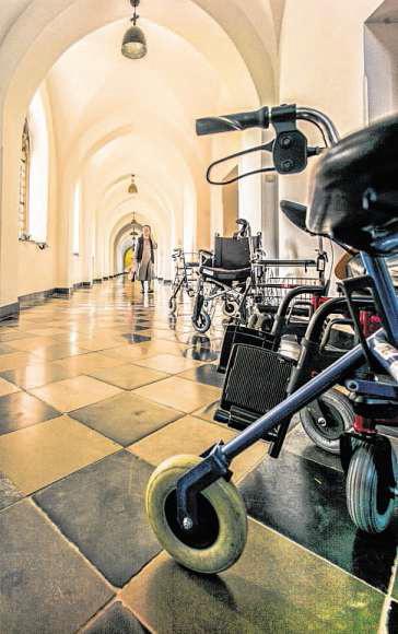 Jetzt ist Essenszeit: Rollstühle und Rollatoren parken im Kreuzgang vor dem Refektorium, dem Speisesaal der Ordensschwestern.