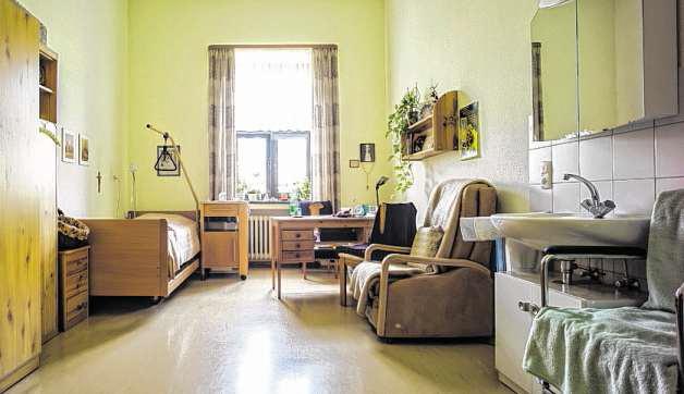 Einfach möbliert, mit wenigen persönlichen Kleinigkeiten ausgestattet: Blick in ein Schwesternzimmer.