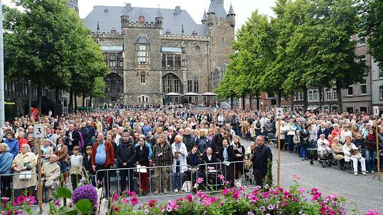 Imposante Kulisse: Über 2000 Menschen verfolgten die Erhebungsfeier zum Auftakt der Heiligtumsfahrt Freitagabend auf dem Katschhof. Foto: Andreas Herrmann